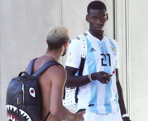 Pogba mặc áo đấu số 21 của Dybala tại tuyển Argentina. Ảnh: Backgrid.