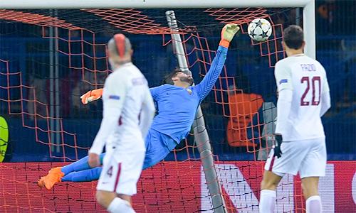 Alisson thực hiện nhiều pha cứu thua khó tin trong màu áo Roma.