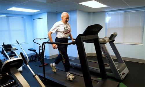 Tập luyện chăm chỉ là bí quyết để cụ Roy Englert duy trì sức bền độ dẻo dai trong các cuộc thi chạy. Ảnh: New York Times.