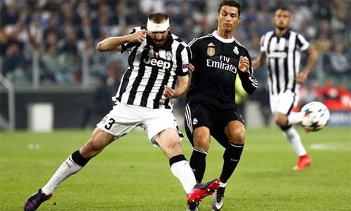Chiellini (trái) từng có nhiều lần đối đầu với Ronaldo khi Real gặp Juventus. Ảnh: Reuters