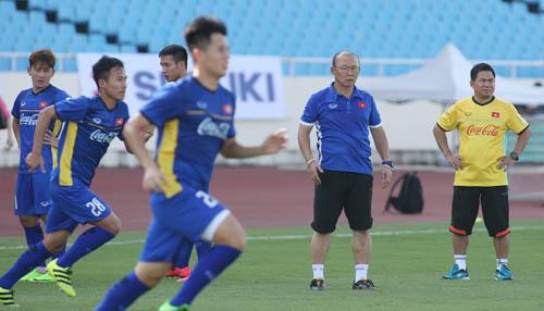 HLV Park Hang-seo yêu cầu các cầu thủ chạy hết sức có thể trong buổi tập trên sân Mỹ Đình chiều nay 1/8.