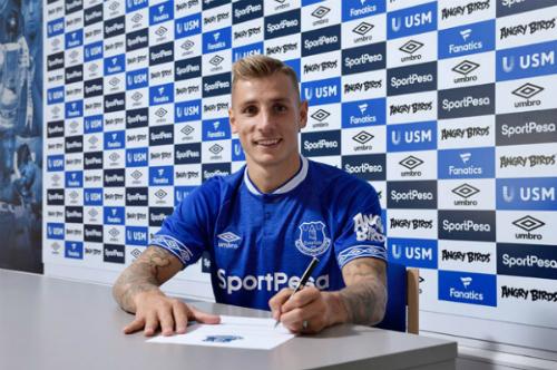 Digne trong lễ ký hợp đồng với Everton. Ảnh:AFP.