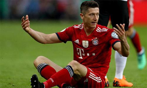 Lewandowski đang tính chuyện ra đi nhưng chưa được Bayern gật đầu. Ảnh: Reuters