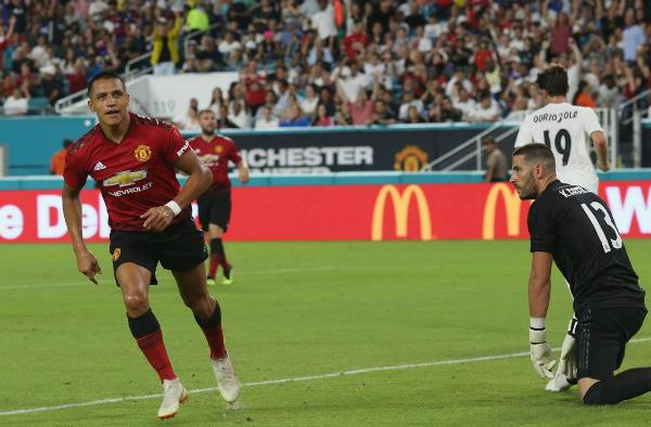 Sanchez ghi bàn mở tỷ số cho Man Utd. Ảnh:AFP.
