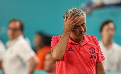 Mourinho không tỏ ra vui mừng với chiến thắng trước Real. Ảnh: Reuters.