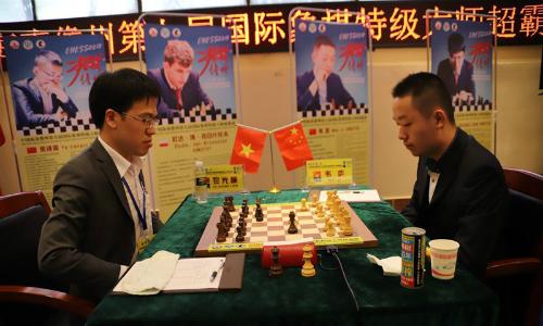 Quang Liêm (trái) chống đỡ hợp lý trước Vi Dịch. Ảnh: IMSA.