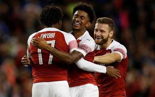 Niềm vui của cầu thủ Arsenal sau cú sút luân lưu thành công của Iwobi. Ảnh: Reuters.