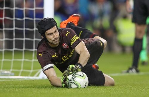Cech cản phá thành công hai quả 11 met tối 1/8. Ảnh: AP.