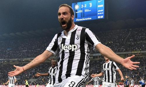 Higuain phải rời Juventus vì không thể cạnh tranh suất đá chính với Ronaldo. Ảnh: Reuters.