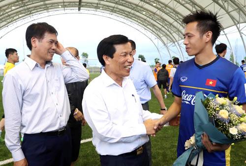 Bộ trưởng Bộ Văn hóa, Thể thao và Du lịch Nguyễn Ngọc Thiện (giữa) là ứng viên sáng giá cho ghế Chủ tịch VFF.