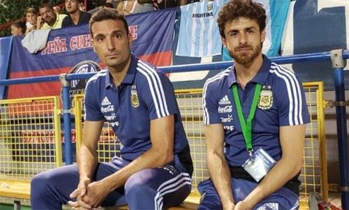 Aimar (phải) và Scaloni mới chỉ bắt đầu sự nghiệp HLV được vài năm. Ảnh: AS