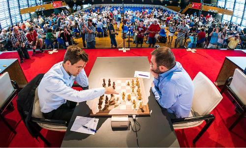 Carlsen (trái) lần đầu thua Mamedyarov sau 10 năm. Ảnh: Lennart Ootes.