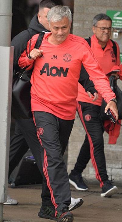 Mourinho trở lại Anh sau hai tuần du đấu. Ảnh: EPA
