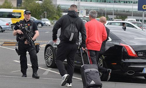 Mourinho được hộ tống ra xe với sự bảo vệ của một người lính mang súng.