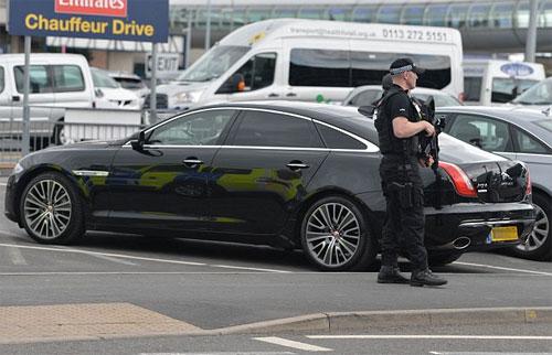 Chiếc xe sang đưa Mourinho về nơi ở sau khi trở lại Anh.