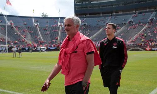 Mourinho (trái) nói rằng lãnh đạo Man Utd chưa mua được năm cầu thủ mà ông cần, trong khi đội bóng đã chi rất nhiều tiền chỉ trong hai năm ông làm việc.