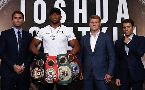 Joshua (thứ hai từ trái sang) sẽ bảo vệ hai trong bốn đai vô địch là WBA và WBO khi đấu Povetkin (thứ hai từ phải sang). Ảnh: Reuter.
