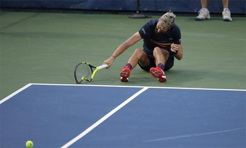 Paire bắt đầu đập cây vợt đầu tiên sau khi mất break và bị dẫn 2-5 trong set cuối. Ảnh: AP.