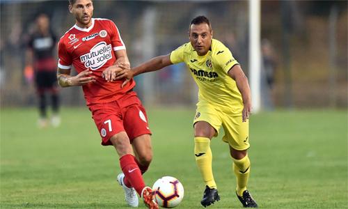 Santi Cazorla (áo vàng) trong trận đấu với Montpellier hôm 26/7. Đó là trận thứ ba của anh trong chín ngày - điều mà chính tiền vệ người Tây Ban Nha cũng không dám nghĩ đến cách đây một năm.