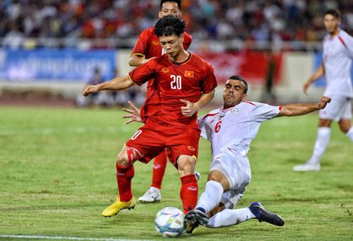 Công Phượng được đánh giá cao khi chơi ngày càng đơn giản hơn. Anh có một đường kiến tạo và ghi một bàn trong trận đấu với Olympic Palestine.