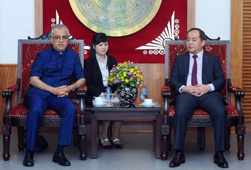 Ông Lê Khánh Hải (phải) là người phụ trách chínhlĩnh vực thể thao kể từ khi làm Thứtrưởng.