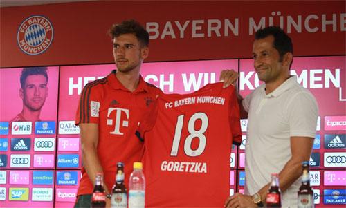 Goretzka (trái) ra mắt tại Bayern bên cạnh Giám đốc thể thao Hasan Salihamidzic. Ảnh: FCB