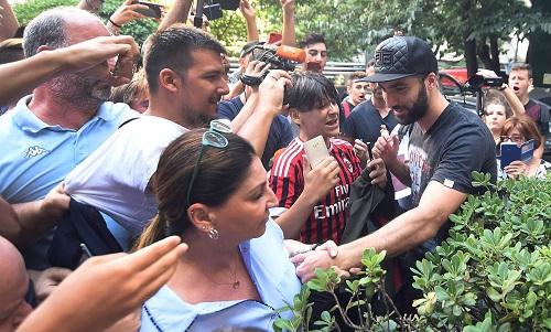 Higuain được các CĐV Milan chào đón. Ảnh:Reuters.