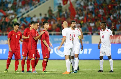 Cầu thủ Olympic Việt Nam bố trí người chuẩn bị đón phạt góc trong trận thắng 2-1 trước Palestine tại Mỹ Đình tối 3/8. Ảnh: Lâm Thỏa