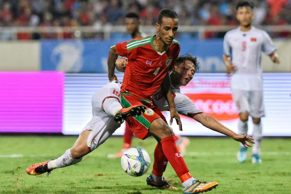 Các cầu thủ Việt Nam luôn chơi áp sát, khiến Oman không có nhiều cơ hội thể hiện. Ảnh: Giang Huy.