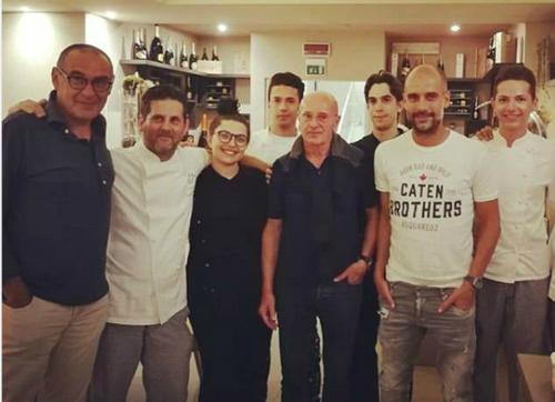 Sarri (đứng đầu bên trái), Sacchi (thứ tư từ bên trái) và Pep (thứ năm từ bên trái) trong cuộc hội ngộ ở Italy hè này.