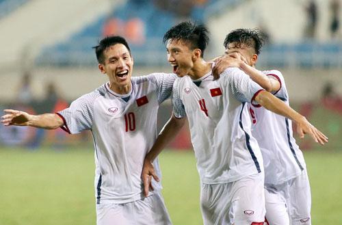 Văn Hậu cùng các đồng đội ăn mừng sau pha dứt điểm tung lưới Olympic Oman ở phút 89 trong cuộc thư hùng trên sân Mỹ Đình.