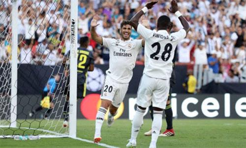 Cặp tấn công mới của Real mừng bàn thắng.