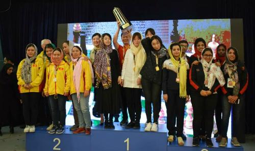 Đội nữ lên bục nhận HC bạc. Từ trái sang: Mai Hưng, Thảo Nguyên, Bảo Trâm, Phương Hạnh, Thanh An.