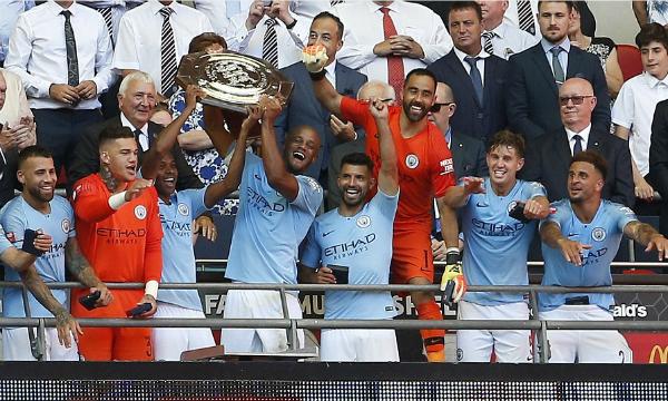 Cầu thủ Man City nâng danh hiệu Siêu cup nước Anh. Ảnh:Reuters.