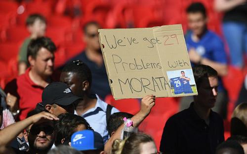 CĐV Chelsea giơ biểu ngữ: Chúng ta có 29 vấn đề với Morata nhằm bày tỏ sự thất vọng. Trước khi mùa giải bắt đầu, Morata đã đổi từ áo số 9 sang 29. Ảnh:AFP.