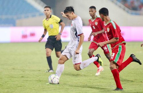 Đoàn Văn Hậu tung cân thực hiện cú sút má ngoài tung lưới Oman trên sân Mỹ Đình tối 5/8. Ảnh: Lâm Thỏa