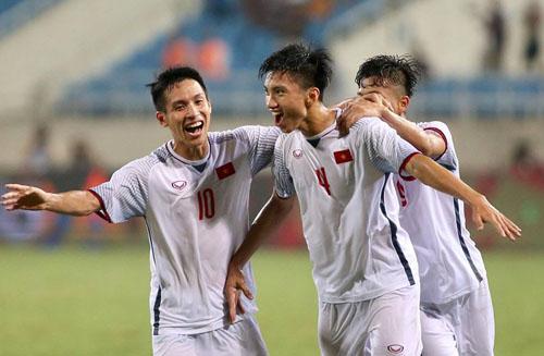 Văn Hậu (số 4) được HLV Park Hang-seo đặc trách giao cho vị trí bên hành lang cánh trái ở đội U23 cũng như Olympic Việt Nam. Ảnh: Lâm Thỏa