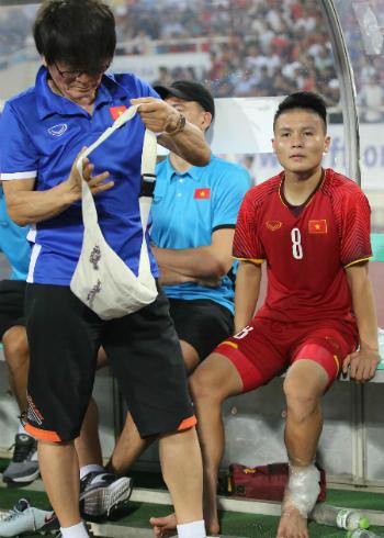 Quang Hải với cái chân bị quấn băng. Ảnh: Lâm Thoả.