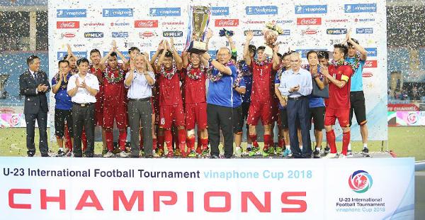 HLV Park Hang-seo và các học trò nhận cup vô địch giải giao hữu quốc tế U23. Ảnh: Lâm Thỏa.