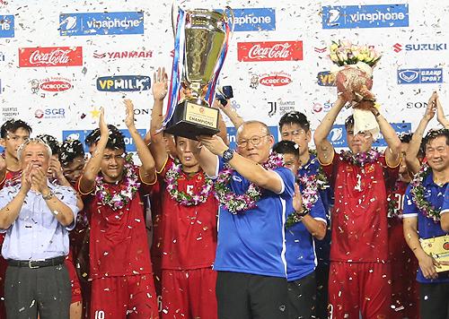 HLV Park Hang-seo ăn mừng chức vô địch giải giao hữu U23 quốc tế tối 7/8 tại Mỹ Đình.