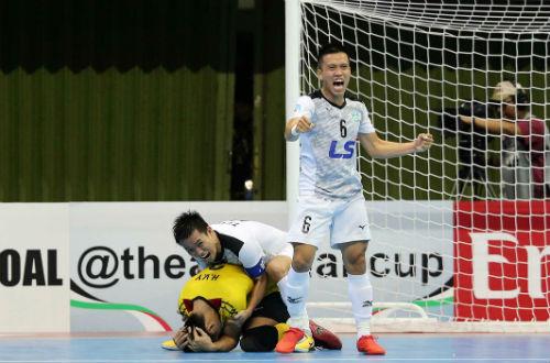 Các đồng đội ôm chầm lấy Văn Ý, sau khi thủ môn này ghi bàn quyết định chiến thắng lịch sử. Ảnh: Độc Lập.