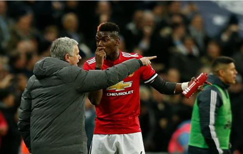 Pogba và Mourinho trong trận đấu của Man Utd. Ảnh:AFP.