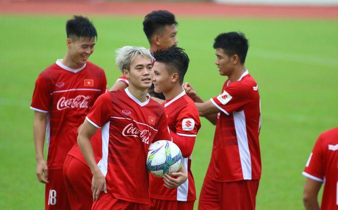 Olympic Việt Nam hào hứng tập nhẹ ở Bình Dương