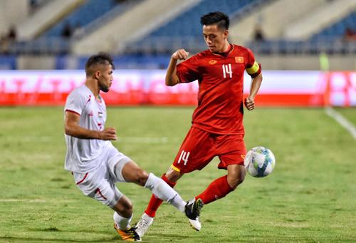 Văn Quyết đeo băng thủ quân khi Olympic Việt Nam đánh bại Palestine 2-1 tại Mỹ Đình ngày 3/8. Ảnh: Ngọc Thành