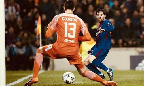 Courtois bị Messi xâu kim ghi bàn hai lần trong trận Chelsea thua Barca 0-3. Ảnh: Reuters