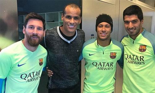 Rivaldo (thứ hai từ trái sang) vốn là cựu cầu thủ của Barca. Ảnh: FCB