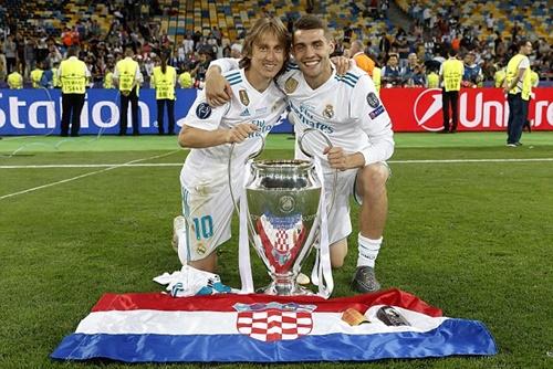 Kovacic (phải) mừng chức vô địch Champions League cùng Modric. Ảnh: AP.