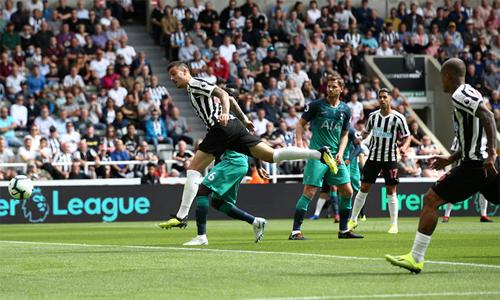 Joselu thoát kèm vàghi bàn gỡ hòa cho Newcastle. Ảnh: Reuters.