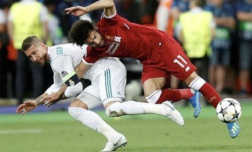 Ramos vật ngã khiến Salah không thể thi đấu tiếp do chấn thương trong trận chung kết. Ảnh: Reuters