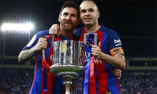 Messi và Iniesta từng cùng nhau giành hết danh hiệu này đến danh hiệu khác tại Barca. Ảnh: Reuters